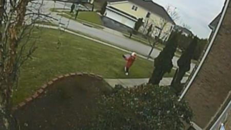 Une fillette de 8 ans vole un colis sur un porche et est filmée par la caméra de surveillance de la propriétaire