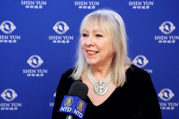 Shen Yun réchauffe le cœur d'une banquière et la rend plus riche à l'intérieur d'elle-même