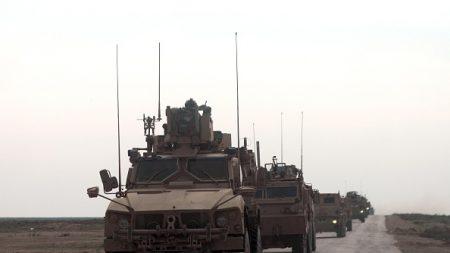 Syrie: près de 30 camions évacuent hommes, femmes et enfants du réduit de l'EI (AFP)