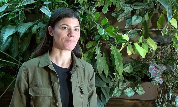 Une femme emprunte un chemin plus vert, fait carrière et transforme son appartement en un lieu de vie forestier