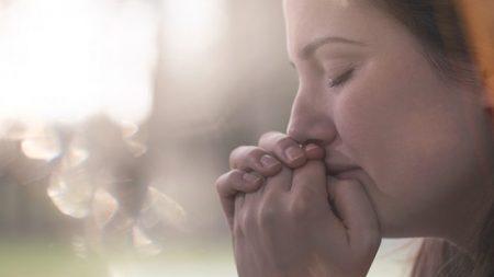 Une femme qui a perdu un bébé de 5 semaines éprouve de la joie pure avec l'arrivée d'un fils adoptif