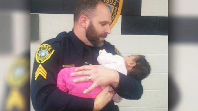 Un policier qui répond à un appel pour vol à l'étalage trouve un bébé qui pleure avec une «maman» droguée dans la salle de bain