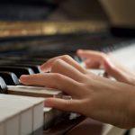 Un tout-petit pleure en écoutant sa sœur jouer la sonate Clair de lune lors d'un récital de piano