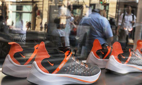 Un étranger achète de nouvelles chaussures à un garçon de la rue aux pieds nus et inspire les gens