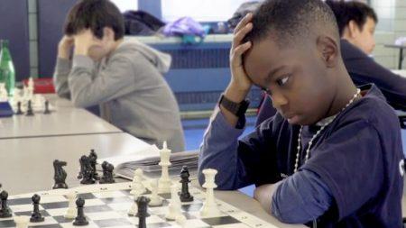 Un réfugié nigérian de 8 ans remporte le championnat d'échecs de New York tout en demandant l'asile