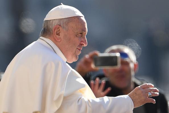 Le pape refuse le baise-main des fidèles… à cause des microbes