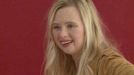 Une jeune femme porteuse de trisomie âgée de 22 ans devient un modèle professionnel et inspire de nombreuses personnes au sujet du handicap physique ou mental