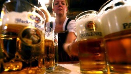 Un homme jeûne pour le Carême en suivant un régime à base de bière, créé par des moines du 17e siècle