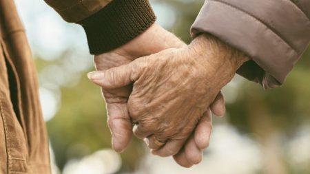 Un couple de personnes âgées décède à 90 minutes d'intervalle, main dans la main dans leur lit