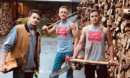 Un père et ses deux fils jumeaux coupent 80 stères de bois de chauffage pour chauffer les maisons froides des familles dans le besoin