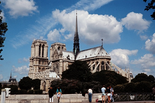Florès de pétitions «pour la restauration de Notre-Dame à l'identique»