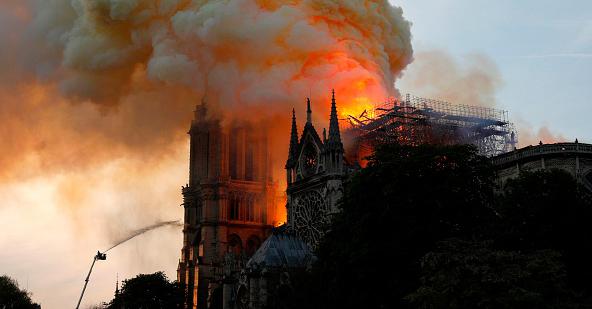 Émotion internationale alors que la cathédrale Notre-Dame de Paris est ravagée par un incendie