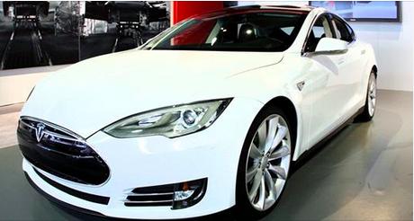 Une vidéo montre une Tesla à l'arrêt prendre feu spontanément