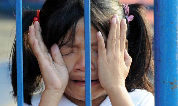 Un père enferme sa fille de 20 mois dans une cage, marche sur son visage et envoie ces photos de violence à la mère dont il est séparé