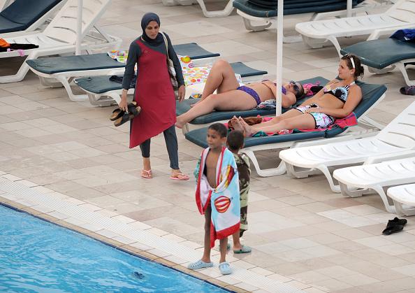 Grenoble: des militantes musulmanes bravent le règlement intérieur et se baignent en burkini dans une piscine municipale