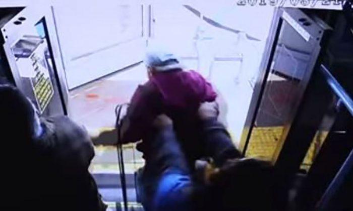 La police de Las Vegas publie la vidéo d'un homme âgé poussé du bus vers la mort