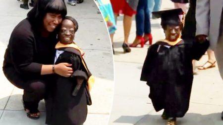 Une femme de la taille d'un enfant, à qui on a avait donné 3 jours à vivre à la naissance, reçoit son diplôme universitaire