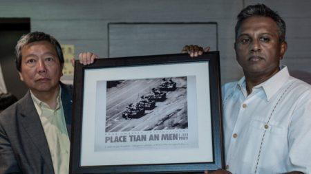 Tiananmen: une ONG française recrée la célèbre photo de l'»Homme au char», en hommage aux victimes
