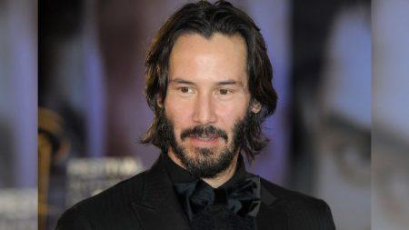 Les admiratrices de Keanu Reeves l'acclament comme un «roi respectueux» pour la façon dont il pose avec les femmes