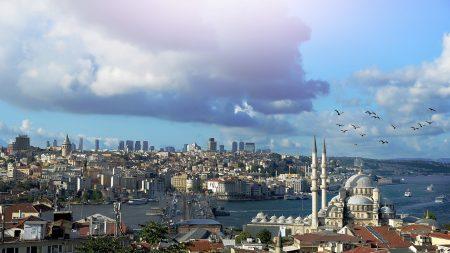 Istanbul: la vidéo d'une petite fille sortie indemne de la chute d'un immeuble devient virale