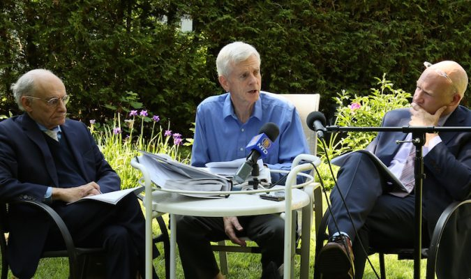 (De la gauche vers la droite) L'avocat canadien des droits de l'homme David Matas, l'ancien secrétaire d'État pour l'Asie-Pacifique David Kilgour et le journaliste d'investigation et auteur, Ethan Gutmann, ont pris part à une conférence de presse le jour de la publication de leur rapport mis-à-jour sur les prélèvements d'organes en Chine, le 24 juin 2016 à Ottawa. (Jonathan Ren/NTD Television)